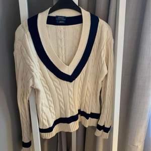 Säljer denna jättefina Ralph Lauren tröja. Nyskick! Storlek M, den sitter jättefin lite oversized på mig som har S I storlek. Buda på 💛 kan mötas upp eller fraktas mot kostnad.