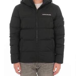 Jackan har jag använt i 1 år nu. Skick: 7/10. Perfekt för dig som söker en vinter jacka!