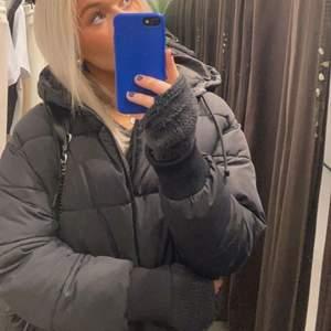 Säljer denna vinter jacka från monki!! Köpt förra året knappt använd bra skick!! Storlek S säljer för 350 + frakt💕💕