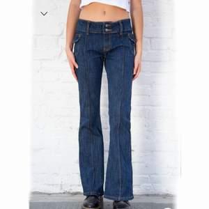 Några supersnygga lågmidjade + utsvängda jeans från brandy som är helt oanvända. Lite för korta för min smak (jag är 175) och av den anledningen säljer jag dem. Kan skicka egna bilder vid önskan! Kan mötas upp i Stockholm eller frakta, men då står köparen för frakten. Nypris 440kr :-)