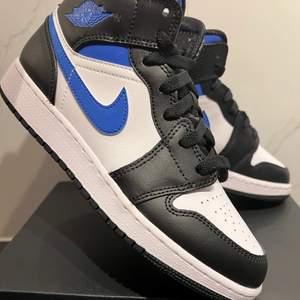 Säljer dessa populära Air Jordan 1 i storlek 38. Skorna är oanvända och enbart öppnade för att ta bild. Skorna är köpta från Zalando. Kvitto skickas digitalt. Finns för upphämtning i Falkenberg och Halmstad, kan även frakta mot en fraktkostnad🌟