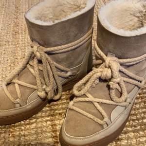 Super fina inuikii skor, använda förra vintern. Frakt ingår inte. Bud från 1200 eller köp direkt för 1700:)