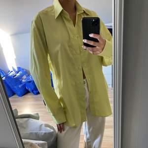Fin gulgrön skjorta, sitter oversize på mig men ÄLSKAR det!