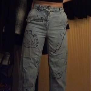 Intresse koll på mina Jätte coola jeans med katten Gustav på, köpta på secondhand