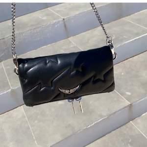 Säljer min mini Zadig väska med stjärnor!!!💓💓 det långa bandet är bara en lång vanlig kedja. (Kan skcika fler bilder på det) annars är den sjukt sparsamt använd och ser helt ny ut.  Buda privat💓💓 (NYPRIS 2252kr!!)
