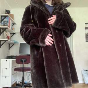 En stor brun pälsjacka/kappa i fint skick. Ganska oversized skulle jag säga. Köpt 2nd hand (Gengåvan) men ursprungligen från Köpenhamn. Säljer åt en vän som inte tkr den passar hennes stil❣
