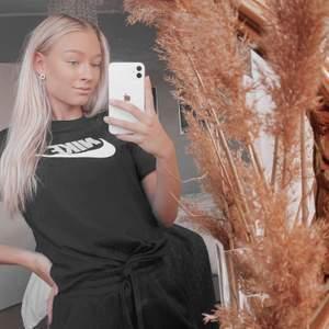 Säljer nu en Nike t-shirt i storlek 147-158 cm passar mig som är 162 cm, nyskick, 100 kr + frakt