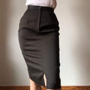Superfin kjol som sitter rätt tight , midjemått ligger på 64 cm ungefär ! Sparsamt använd 😇