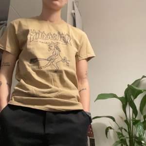 Thrasher tröja med en häxa som tryck. As fet men inte min stil. Bud från 50kr, frakt ingår ej.