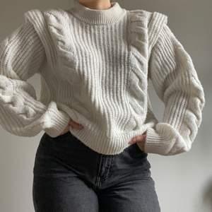 Chunky vit stickad tröja i superskönt material. Bra skick. Kommer tyvärr inte till användning. Kommer från ginatricot. Skicka ett meddelande för fler bilder eller frågor.