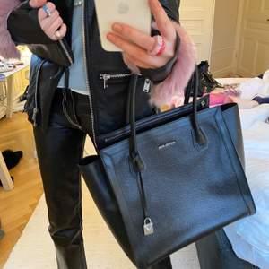 Säljer min älskade ÄKTA Michael Kors väska då den tyvärr inte kommer till användning längre. Väskan är i nyskick och har varken fläckar eller slitningar! Den får plats med mycket och har många funktionella fack. Passar perfekt som till exempel skolväska! I svart läder med silverdetaljer. Väskan är äkta såklart och kommer med en stor dustbag till. Skriv för fler bilder! Nypris: 3100kr❤️❤️❤️❤️❤️