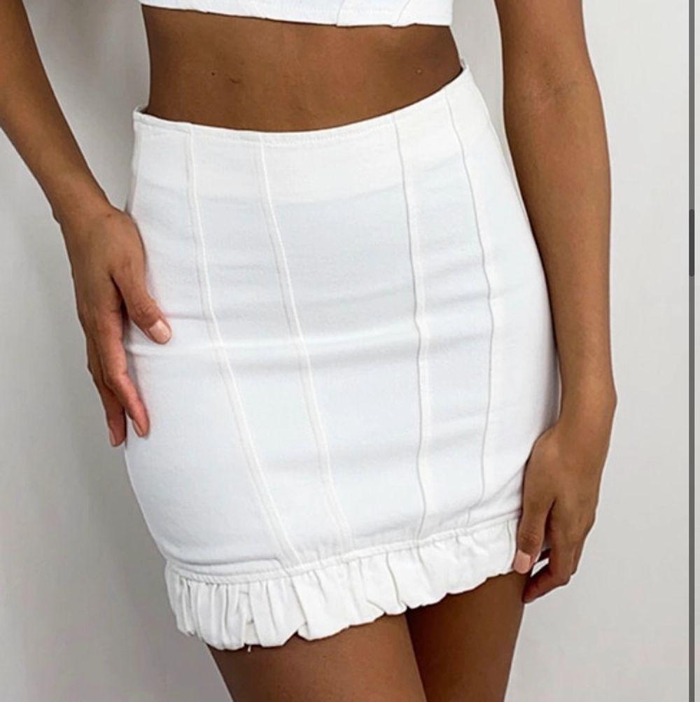 Jättefin kjol som tyvärr var för liten för mig därav helt oanvända!. Kjolar.
