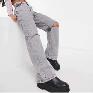 Så fina gråa jeans från bershka som är slutsålda💖 skriv till mig vid intresse elr vid fler bilder 💕💕 knappt använda! köparen står för frakten 📦🚚