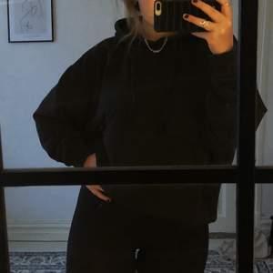 Svart oversized hoodie från WEEKDAY🖤 Den är bra använd men ff i bra skick. Den är i storlek L vilket gör den lite mer oversized på mig som vanligtvis är M. Ändarna på banden var sönder först men lagade nu, märks ej🖤 Nypris: 350kr. Budgivning börjar på 99kr, köp direkt för 199kr🖤