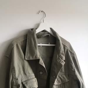 En snygg vintage jacka som jag själv klippte av och gjorde fransar på för något år sedan. Minns tyvärr inte vad den är ifrån. Den är oversized men passar mig som är storlek S/M.