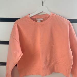 Säljer denna Peach färgade sweatshirten från monki i stl S✨🥰 köparen står för frakten❤️❤️ 85kr+frakt