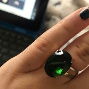 2 fina ringar, båda är i bra skick utan synliga skador. Dom går att justera storleken på så dom passa nästan alla fingertyper ❤️35 kr styck