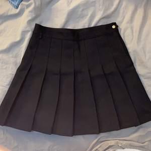 Säljer min svart tenniskjol köpt på stadsmissionen💕 buda i kommentarerna med minst 10 kr