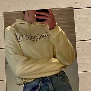 Jättefin slutsåld gul hoodie från Ginatricot. Sälja då den inte kommer till användning längre. Man kan knyta den längst ner. Mycket bra skick.