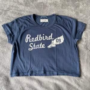 Snygg crop-top från Redbird. Den är storlek L men passar mig som normalt har S.