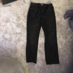 Säljer nu dessa svarta nakd byxor som är alldeles för stora för mig då jag beställde fel. Dom är i storlek 42 men sitter som en 40. Dom är fina och vida. Dom är köpta för 500kr men säljer för 150kr+ frakt. Kan också mötas upp i stockholm.