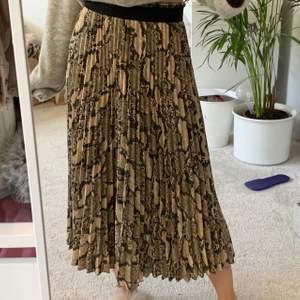 lång plisserad kjol ifrån zara med 🐍-mönster 🤍🤍🤍