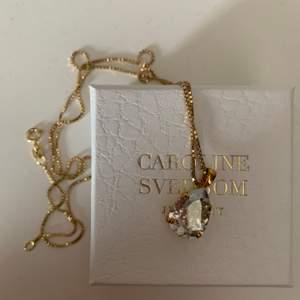 Fint guldhalsband med en sten från Caroline Svedbom💖Säljer pga använder inte💖Kan mötas annars betalar köpare frakten💖Nypris:700kr