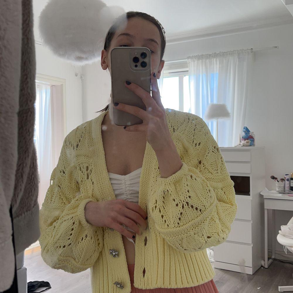 Säljer en exakt likadan tröja fast knapparna är inte med! Jätte somrig och underbar färg! Fraktas och kan mötas🥰. Stickat.