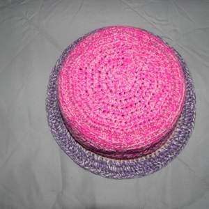 Virkad bucket har i rosa/lila nyanser som jag gjort själv. Lite större än average. One of a kind!