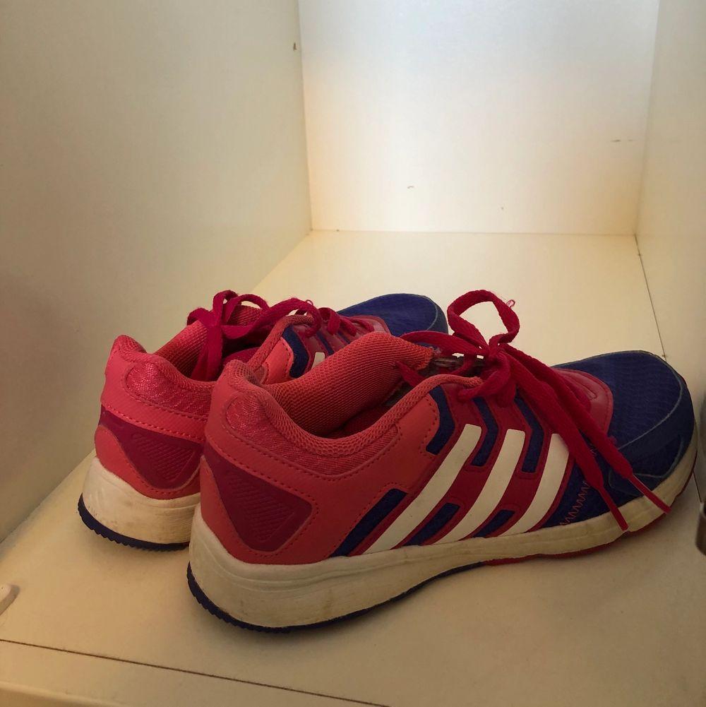 Säljer dessa adidas skor i storlek 35 1/2. Dom har bara använts några gånger och är i bra skick. Hör gärna av dig vid intresse. 💞. Skor.