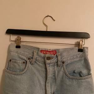 Säljer dessa jeans som jag köpte secondhand för ett tag sedan men används ej för att dom är lite stora för mig därav mkt bra skick! Skulle säga strl 34. Dom är momfit och ljusblåa. Skriv privat för fler bilder eller frågor💕 frakt tillkommer