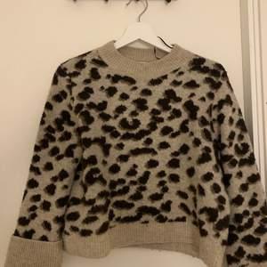 En fin tröja från h&m, köpt för ca 250kr:) väldigt skön! 💕