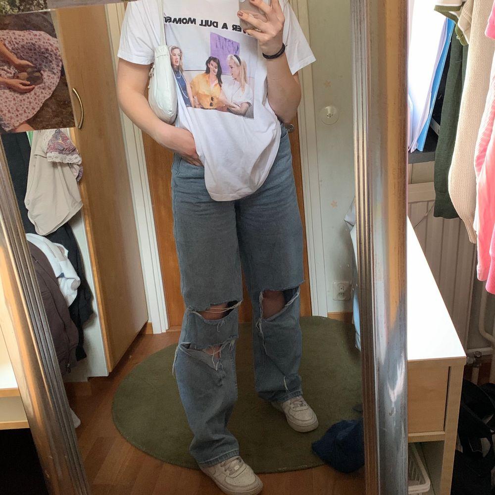 Snygg vit oversized T-shirt med tryck, använd fåtal gånger. Strlk XL för att få den oversized.. T-shirts.