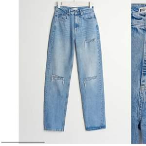 Säljer dessa jeans från ginatricot. Vill du ha fler bilder på hur de ser ut så skriv privat !  Köparen står för frakt!!🤍🤍 nypris: 600kr , mitt pris: 250 +frakt (80kr) = 330kr