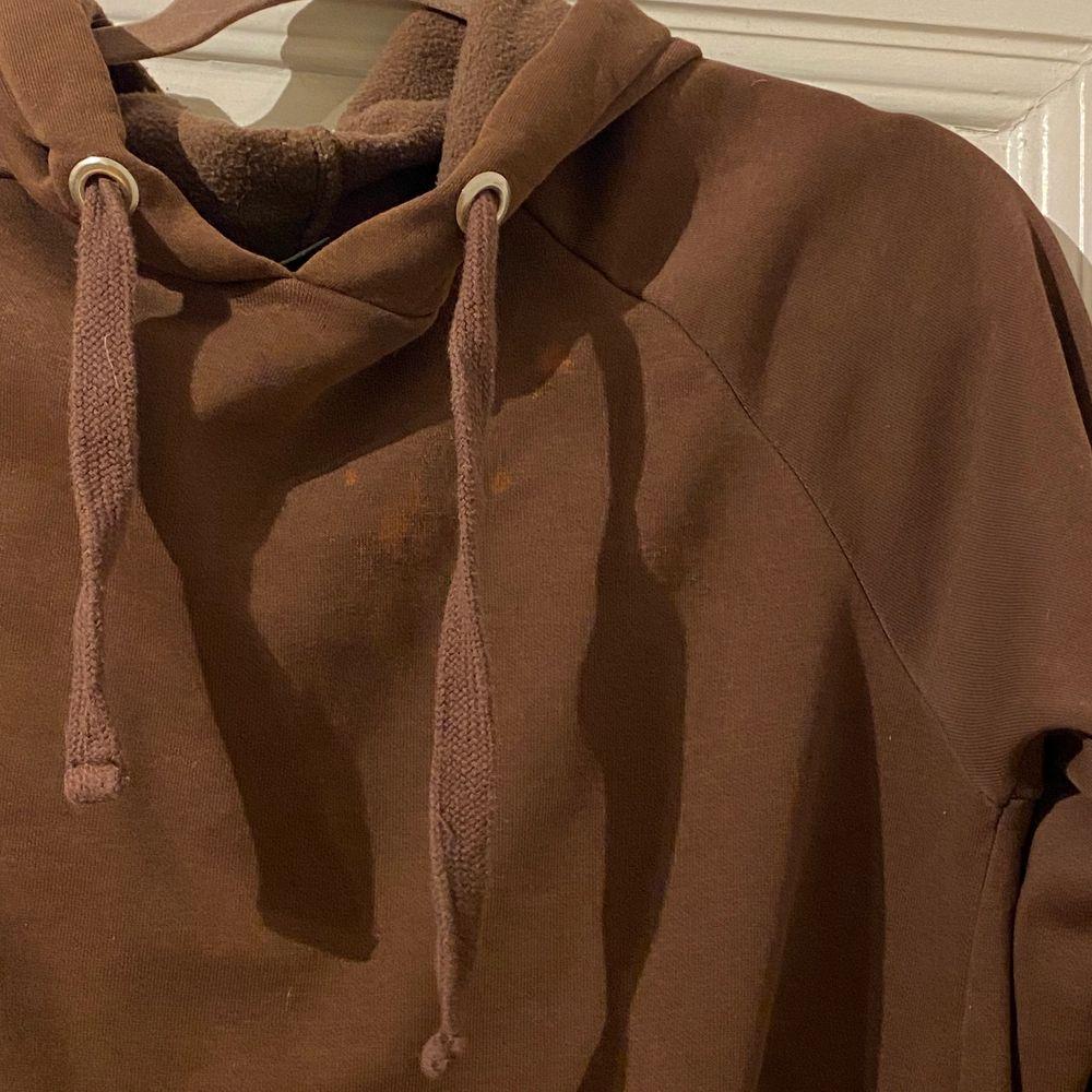 Jättefin brun hoodie som jag haft i flera år. Inga hål eller så, men sista bilden visar fläckar på, syns väldigt mycket pga ljuset men man tänker inte på det sååå mycket annars. . Huvtröjor & Träningströjor.