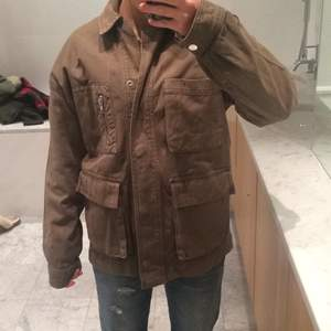Säljer denna oversized militärgröna jeans jacka från Topshop.