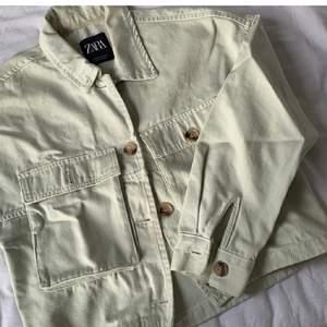 Säljer denna jacka knappt använd i strl M men passar även en i strl S. OBS lånade bilder budet ligger på 250kr köp direkt för 300kr