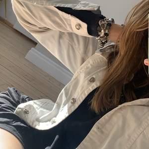 säljer nu min superfina jeansjacka i vit ! den är verkligen superfin o bekväm , jättefräsch !  nypris var runt 600 kr
