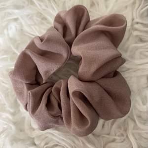 Säljer en oanvänd, helt ny scrunchie toffs. Säljer för 30 kr. Köparen står för frakten!