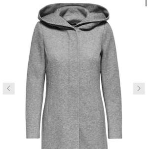 Mycket fin grå kappa som ser ut som ny med två fickor som man kan sprätta upp.