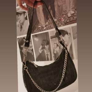En jätte fin väska ifrån shein. Då den aldrig kommer mig i stilen tuvär:( men vid frågor eller funderingar så är det bara att skriva 💞 💞