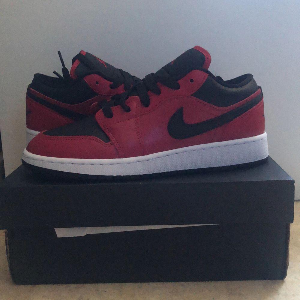 Superfina Jordan 1's i de klassiska färgerna svart röd och vit. Storlek 38 köpt på zalando (kan visa kvitto). Skor.