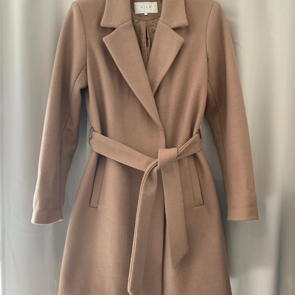 Säljer min beiga kappa då den inte används längre. Den är i storlek 34 men den passar 36 också, Köparen står för frakten❤️❤️. Jackor.