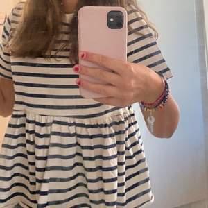 Så fin randig tröja ifrån zara med en volang detalj, bara använd 3 gånger. Säljer då jag tyvärr inte tyckte jag passar i den så den används inte😩