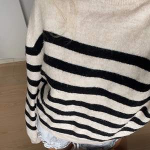 Randig stickad tröja från hm. Köpt i somras men endast använd ett par få gånger så i bra skick! Frakt på 66 kr tillkommer vid köp, köpare står för frakten💖☺️