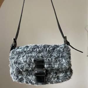 Jättefin väska i material som påminner om får-ull. Osäker på vart den kommer ifrån men är ganska säker på att ullen är fake. Detaljerna är i silver. Priset är exkl. frakten på 66kr, kan även mötas upp i Malmö!