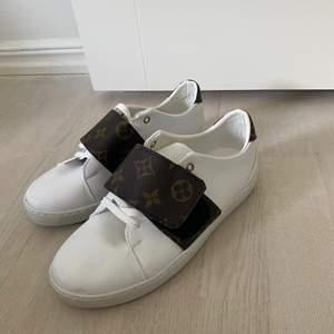 Söljer Louis Vuitton skor som är helt oandvända. Storlek 37, de är super snygga. Har ingen dustbag, påse mm till dessa skor. Därav priset! AA-kopia är det! Finns ingen skilllnad på dessa & äkta skorna, man ser ingen skillnad alls!