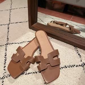 Jättefina bruna Hermes-liknande sandaler som är köpta i Brasilien. Säljer då storleken är för liten därav knappt använda. Stl 37. Frakten kostar 48 kr 🌸