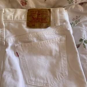 Säljer mina vita lådmidjade Levis jeans i modellen 501 med W33 & L34 men i midjan passar dom bra på någon som har 27/28 skulle jag säga eftersom det är det jag själv har! Passar långa personer😍 jag är 172cm! Nypris ca 1200kr