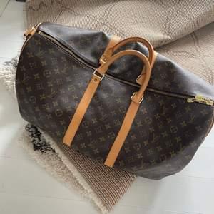 Intressekoll på min Louis Vuitton Keepal, köpt på the vintage bar så självklart äkta. Köptes för 8000kr 🤎